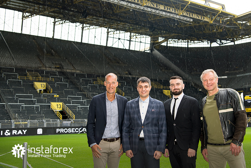 Legend of Borussia Dortmund Wolfgang de Beer, Business Development Director of InstaForex Pavel Shkapenko, Business Development Director of InstaForex for Asia Roman Tcepelev and CEO of Borusssia Carsten Cramer in front of the largest free-standing grandstand in Europe located in southern terrace of SingalIduna Park Stadium